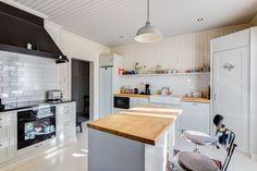 Kaunis ja valoisa keittiö huokuu kodikkuutta