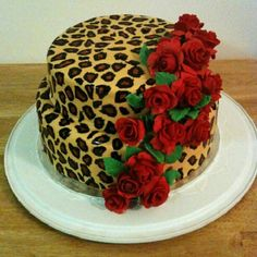 red roses on leopard print cake - Kuchen und Gebäck, Sweet , شٻرٻنى و کٻک - Pretty Cakes, Cute Cakes, Beautiful Cakes, Amazing Cakes, Cheetah Cakes, Leopard Cake, Leopard Party, Leopard Print Cakes, Leopard Wedding