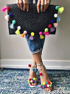 The cutest clutch and shoes:separator:Pom poms! The cutest clutch and shoes Diy Fashion, Fashion Bags, Fashion Accessories, Fashion Jewelry, Diy Clutch, Clutch Bag, Pom Pom Clutch, Pom Pom Crafts, Boho Bags