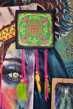 Eva Lubart art work, déco mexique mexico https://www.alittlemarket.com/decorations-murales/fr_eva_lubart_mini_tableau_bois_avec_plumes_et_perles_tampico_-17533411.html