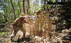 В Мексике археологи обнаружили затерянный в джунглях древний город индейцев майя и 15 пирамид различной высоты.