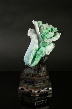 绿、白色翡翠摆件白菜,种质细腻,颜色变化丰富。运用俏色巧雕,立体雕等工艺手法,将白菜的根茎叶刻画的栩栩如生。翡翠白菜,寓意百财,即财运滚滚、百方来财。