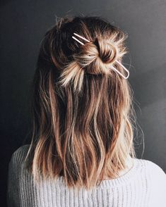 Hair Styles 2018 Easy styling for a lazy Friday! It's the weekend Discovred by : Byrdie Beauty Messy Hairstyles, Pretty Hairstyles, Hairstyle Ideas, Hairstyle Short Hair, Hair Inspo, Hair Inspiration, Hair Day, Second Day Hair, Gorgeous Hair