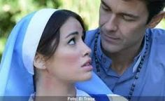 Tomas y Esperanza/Julia de camino a un hospital. Esperanza se siente que es abandonada por Tomas y tiene una reaccion alergica que le cierra un poco la traquea