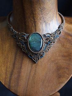ラブラドライト(アフリカ産)マクラメ編みネックレス紹介。強い輝きが魅力のラブラドライトネックレス。 存在感のあるサイズに、角度によて見せる鮮やかなブルーのシラーが美しい、神秘的な印象のピースをセレクトしました。 石が際立つよう落ち着いた色合いの2色の蝋引き糸をセレクトし、 贅沢なほどの編み目をひと編みひと編み丁寧に編み上げました。 首元を上品かつ華やかさ溢れる、存在感抜群のデザインネックレスに仕上がりました。