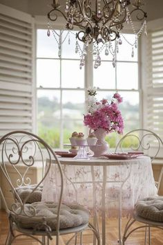 Love this Shabby garden table with a chandy and lace.. Oooo la la..