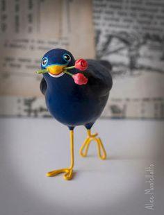 O Tilonorrinco é um pássaro australiano, que carrega flores para a sua amada quando está apaixonado!  Delicado e com cores marcantes, o Tilonorrinco é um exclusivo objeto decorativo feito de papel machê, disposto a deixar os seus dias mais floridos e encantadores! R$ 69,90