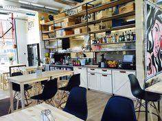 Peps on Kentmanni-kadulla lähellä Solaris-keskusta sijaitseva industrial-henkisesti sisustettu ravintola. Moderni tila on sisustettu osin poptaiteen inspiroimana. Tämä pieni paikka on tyylikäs vaihtoehto viinilasillisen nauttimiseen. Se tarjoilee myös suolaista ja makeaa ruokaa. #tallinn #estonia #tallinna #viro Tila, Industrial, Furniture, Home Decor, Decoration Home, Room Decor, Industrial Music, Home Furnishings, Home Interior Design