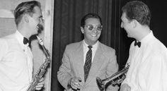 Leopold Tyrmand z muzykami na Festiwalu Jazzowym w Sopocie w 1957 r.