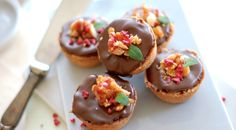 Minitærter med saltkaramel, chokoladeganache og karamelknas med macadamianødder