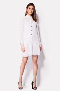 Белое платье VOOP с подкладкой из отдельного сарафанчика. Платье с отрезной линией юбки, которая проходит по заниженной талии. По передней части расположена планка с черными пуговицами. Их цвет удачно перекликается с принтом черных точек на ткани. Длинные рукава на манжете с пуговицей.