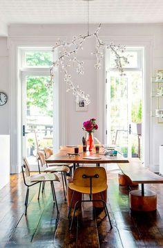 Table de salle à manger en total look bois, esprit champêtre de la suspension florale