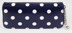 Dámska peňaženka lakovaná s príveskom, bodková modrá.  Štýlová dámska peňaženka kožená s uzatváraním na zips po celom obvode, s ozdobným príveskom, v modrom prevedení.   http://www.vasepenazenky.sk/product/damska-penazenka-lakovana-s-priveskom-bodkova-modra-10205-115/