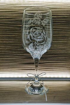 Gravírovaná čaša ruža / kikaso - SAShE.sk - Handmade Nádoby Glass Engraving, Flute, Wine Glass, Champagne, Tableware, Handmade, Dinnerware, Hand Made, Tablewares