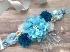 Welcome to Belly Boutique Crafts! ♥ Proud to be listing this beautiful blue themed baby boy mixed colors maternity sash for parties like Gender Reveal Party and Baby Shower. The sash features pearls, rhinestones, lace, fabric flowers perfect for beautifyi Distintivos Baby Shower, Shower Bebe, Boy Baby Shower Themes, Baby Shower Gender Reveal, Baby Shower Favors, Baby Shower Gifts, Baby Showers, Maternity Belly Sash, Baby Mobile