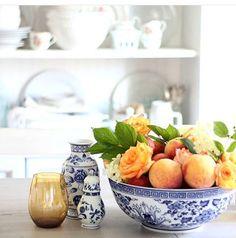 Bom dia!! Dê um toque charmoso na fruteira da cozinha. Com muito pouco ela pode se transformar num lindo arranjo com flores e frutas.  #olioliteam #latabledegiselle #inspo #ideias #inspiracao