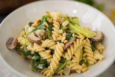 Du hast Hunger, aber wenig Zeit? Dann probiere diese One Pot Nudeln mit Champignons, Brokkoli und Spinat aus. In nur 15 Minuten liegt das fertige Gericht auf deinem Teller.  Portionen: 4 Zubereitung: 15 Minuten  Zutaten: 250 g braune Champignons 1 Zwiebel 1 Knoblauchzehe 1 Brokkoli 500 g Nudeln (z. B. Spirelli) 1 Liter …