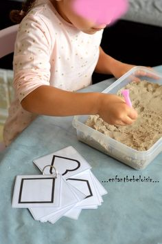 Reproduire des formes dans le sable                                                                                                                                                                                 Plus Preschool Learning Activities, Home Learning, Preschool Classroom, Busy Boxes, Exercise For Kids, Kids Workout, Pre Writing, Working With Children, Kids Education