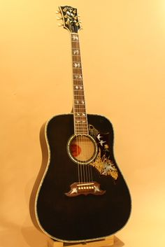 Gibson Doves In Flight Trans Ebony (2014) : Featuring beautiful inlay work, such as 28 engraved dove inlays throughout the guitar. Spruce top, Flamed Maple back & sides.