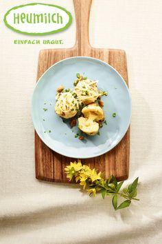 Heumilch-Bergkäseknödel Die Knödel aus Kartoffel werden mit leckerem Heumilch-Bergkäse gefüllt. Wer es etwas leichter mag kann einen frischen Salat dazu genießen. Unser Tipp: Statt der Heumilch-Butter kann man auch zerlassenes Grammelschmalz bzw. Griebenschmalz verwenden. Food Court, Brunch, Butter, Potatoes, Milk, Eat Lunch, Dinners, Hay, Alps