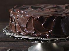 Chcete splnit sen čokoholikovi? Upečte mu čokoládový dort! A čokoládou rozhodně nešetřete, ten nejlepší dort má totiž z čokolády korpus, krém i zdobení :) Sweet Recipes, Cake Recipes, Healthy Recipes, Nigella Lawson, Food Cakes, Kefir, Let Them Eat Cake, Fudge, Food And Drink
