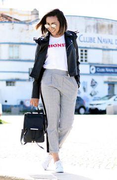 look-calça-xadrez-principe-de-gales-com-camiseta-jaqueta-de-couro-tenis-branco-mochila7