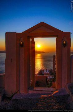 Santorini sunset (by Nicolas Economou)