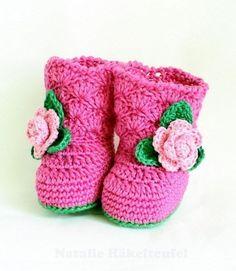 Kleine Babystiefel mit Rose - Häkelanleitung via Makerist.de