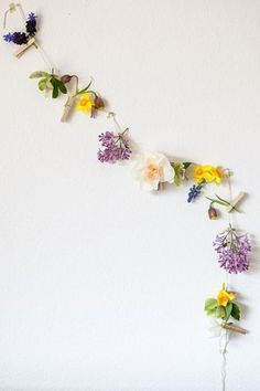 クリップを使ってお花を留めたガーランド。さりげない小花をチョイスして、カラフルでカジュアルなガーランドに。