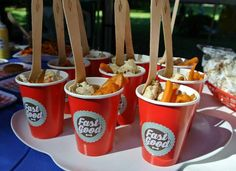 Torta di mele, pollo e patatine con hot dog di polenta: ecco il fast food per cani