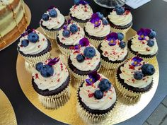 Chocolate cupcakes with blueberries and edible flower Flower Cupcakes, Edible Flowers, Chocolate Cupcakes, Blueberries, Dessert Ideas, Cake Decorating, Decoration, Desserts, Food