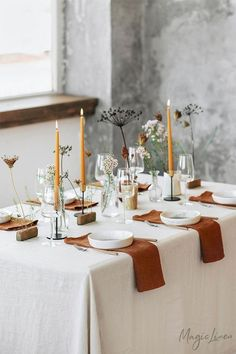 Inspiring Thanksgiving Table Settings With Thanksgiving just around the corner, it's the perfect time to start planning your dinner table set-up. So we are sharing 10 inspiring ideas to help you set your table in style! Linen Napkins, Napkins Set, Dinner Table Set Up, Dinner Ideas, Dinner Table Decorations, Dinner Table Settings, Partylite, Decor Inspiration, Decor Ideas