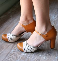 Chie Mihara shoes, sandals, blocs and boots. Buy now original, feminine footwear. Designer shoes of maximum comfort! Fashion Now, Professional Attire, Crazy Shoes, Pumps, Heels, Vintage Shoes, Mom Style, Beautiful Shoes, Summer Collection