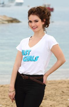 Pin for Later: 10 Fakten über die neue Cinderella, Lily James Lily James ist nicht ihr richtiger Name Lily wurde mit dem Namen Lily Chloe Ninette Thomson geboren. Ihren Künstlernamen wählte sie um ihren Vater zu ehren, der James heißt.
