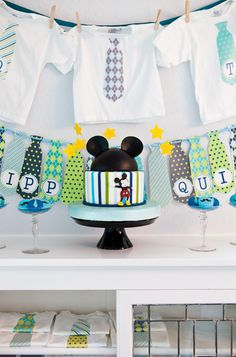 What a stylish Mickey Mouse cake #mickeymouse #cake