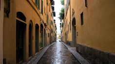 Streets and alleyways in central Florence are very narrow.