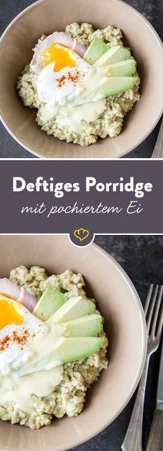 Wer glaubt Porridge schmecke nur als süße Mahlzeit, der sollte schleunigst diese deftige Variante mit gekochtem Schinken, Ei und pochiertem Ei probieren.