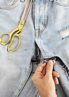 tips and guide for jeans Diy Clothing, Sewing Clothes, Fashion Sewing, Diy Fashion, Look Jean, Maxi Skirt Boho, Jean Crafts, Pencil Skirt Outfits, Sewing Stitches
