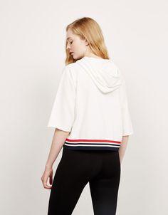 Sudadera BSK capucha y texto delantero. Descubre ésta y muchas otras prendas en Bershka con nuevos productos cada semana