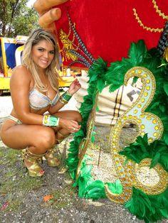 http://cafeeprosas.com.br/keila-landim-faz-ensaio-sensual-na-desmontagem-dos-carros-alegoricos-em-sp/