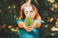 Was passiert mit der Plastikflasche nachdem sie leer ist? Unter welchen Umständen wurde die Jeans genäht? Diese Fragen konfrontieren uns mit unangenehmen Wahrheiten, welche ein Umdenken erfordern! Für die Umwelt, das Weltklima, für unsere Kinder, für uns! Dabei ist jeder einzelne gefragt! Denn ein Wandel muss von allen verstanden, gefordert, gefördert und mitgetragen werden. Ein nachhaltiger Lebensstil ist daher mehr als erstrebenswert. Schritt für Schritt, jeder soweit es für ihn möglich… Green Marketing, Green Jobs, Blog Names, Interview, Lead The Way, Photography For Beginners, Environmental Issues, Save The Planet, Carbon Footprint