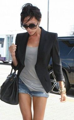 Victoria Beckham is rocking this black blazer with her casual outfit! Mode Outfits, Short Outfits, Casual Outfits, Summer Outfits, Denim Outfits, Casual Attire, Look Blazer, Blazer And Shorts, Denim Shorts