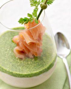 Een origineel hapje of voorgerecht in een glaasje: mousse van witte asperges met waterkers, ei en afgewerkt met gerookte zalm. Lekker feestelijk!