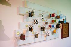 Diseño de tienda a medida, diseño de tienda de artesanía, diseño original de locales, obra y diseño de tienda de artesania Leather Craft, Wine Rack, Workshop Ideas, Cabinet, Storage, Holiday Decor, Crafts, Inspiration, Shopping