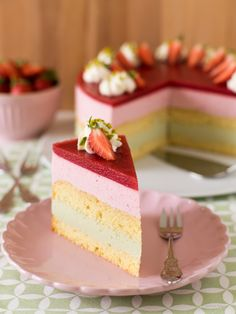 Strawberry and pistachio cake - the kitchen snail Fruit Salad Recipes, Healthy Dessert Recipes, Cake Recipes, Pistachio Cream, Pistachio Cake, Victorian Cakes, Desserts Sains, Cake Blog, Mousse Cake