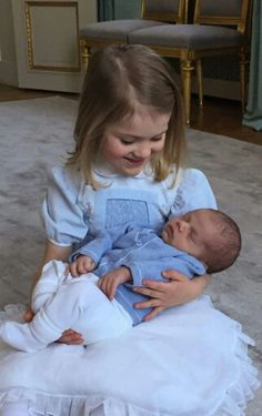 """The dress worn by Princess Estelle is an old dress of her mother Crown Princess Victoria. That dress was on Crown Princess Victoria at the """"Te Deum"""" service held shortly after Princess Madeleine was born in Princess Victoria Of Sweden, Crown Princess Victoria, Victoria Prince, Cute Photos, Photos Du, Princesa Estelle, Logo Foto, Kate Und William, Prince William"""