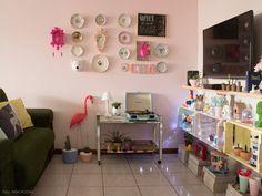 Que tal essa estante feita de caixotes de feira e pintada com cores delicadas?  Veja o ambiente completo em www.historiasdecasa.com.br #todacasatemumahistoria #DIY #decoração
