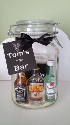 Mini Bar in jar // XMAS GIFT // WWW.BE - are Birthday Gifts? What Can I Get a Birthday Gift? Mini Bars, Don D'argent, Diy Cadeau Noel, Alcohol Gifts, Great Birthday Gifts, 18th Birthday Gift Ideas, Birthday Gifts For Brother, 50th Birthday, Happy Birthday