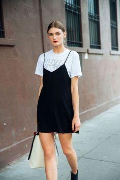 10 Maneiras de estilizar sua t-shirt branca. Sobreposição,  vestido preto, slip dress sobre a blusa, ankle boot preta
