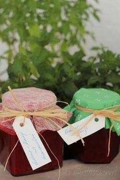 Gustostückerl : selbstgemachte Erdbeermarmeladen mit Minze oder Ananassalbei // selfmade strawberry jam with mint or pineapple sage